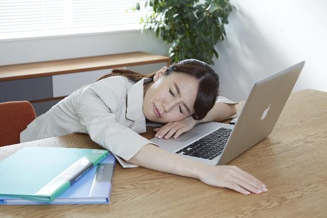 オフィス 疲れる女性